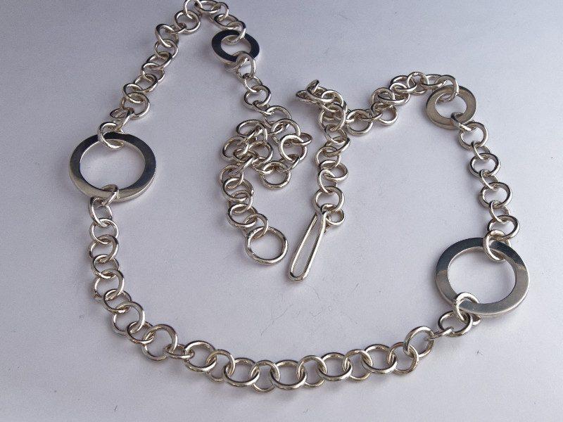 colonne-brisee-bijoux-argent-pendentif-rond-dans-eau-800